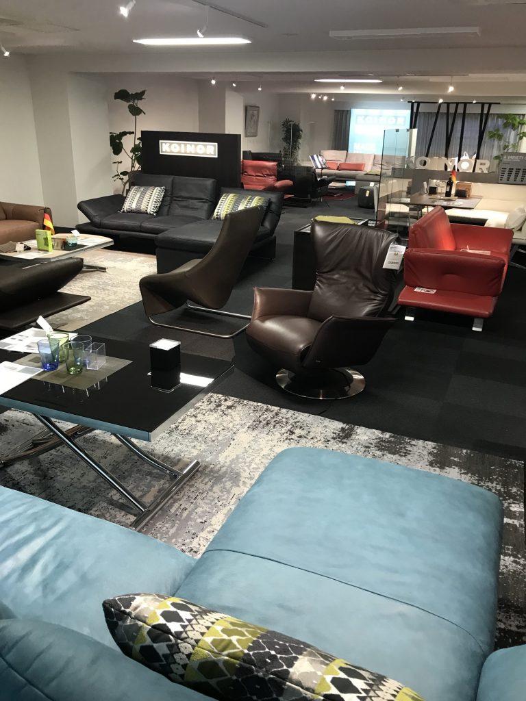 60坪の広さに魅力ある洗練されたソファが展示しています。